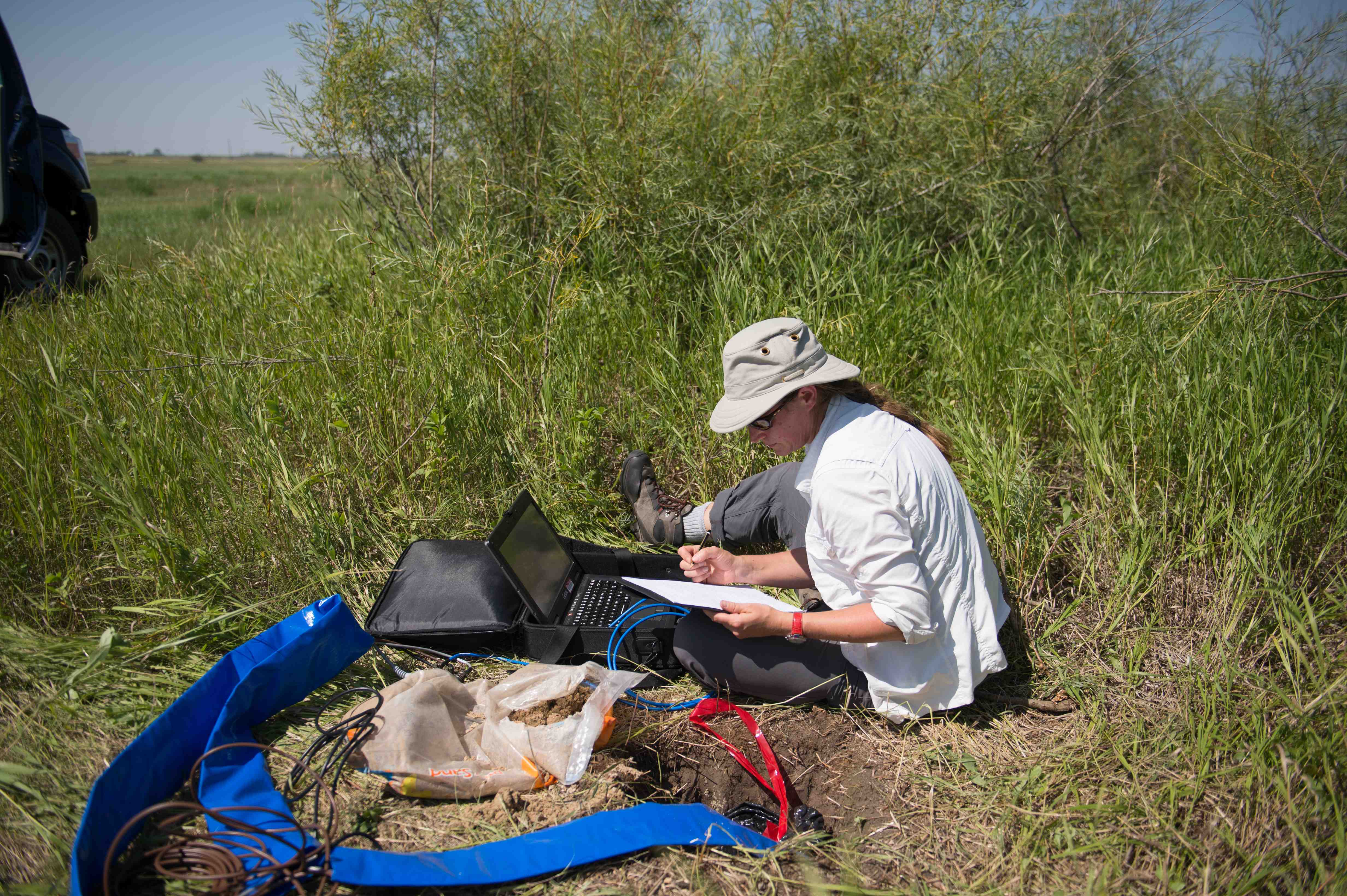 Setting up a seismometer to monitor CO2 injection at the Weyburn Field, Saskatchewan Canada